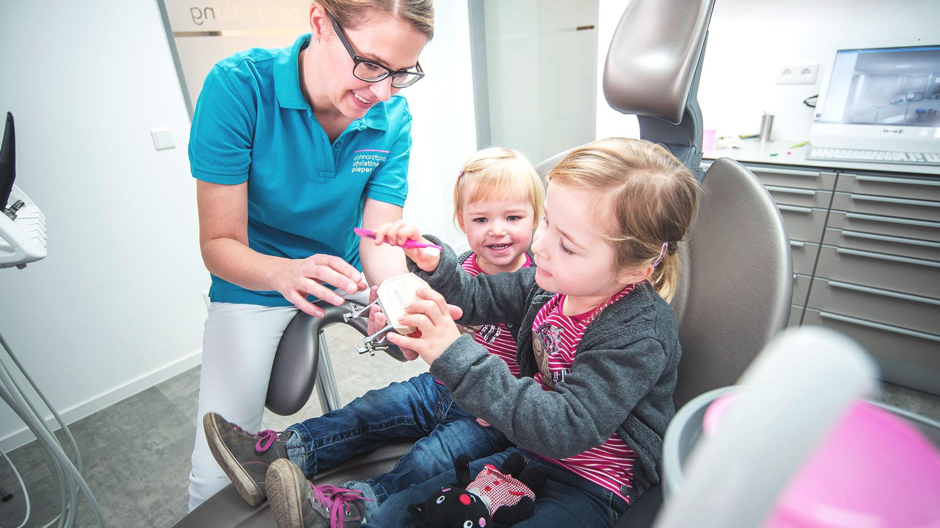Kinder bei der Behandlung